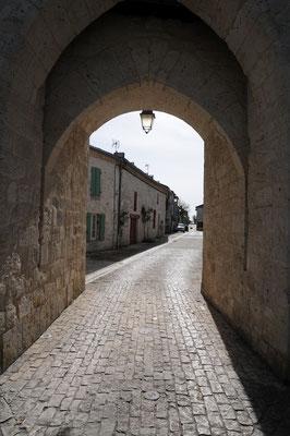 Montjoi : porte d'entrée Nord de la bastide sur la rue du Porche