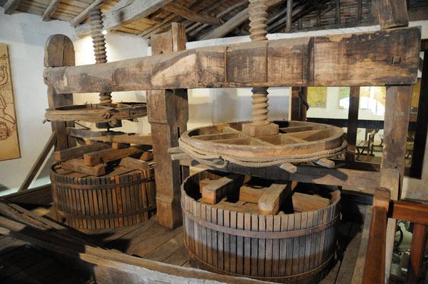 Saint-Aulaye : musée du Cognac, pressoir à double vis