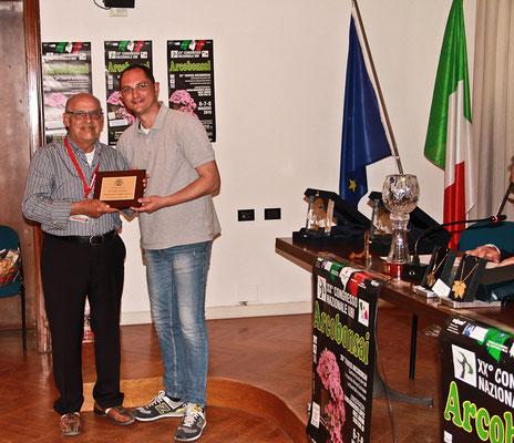 Antonio Tedesco riceve il premio al miglior bonsai dal presidente IBS Luca Bragazzi