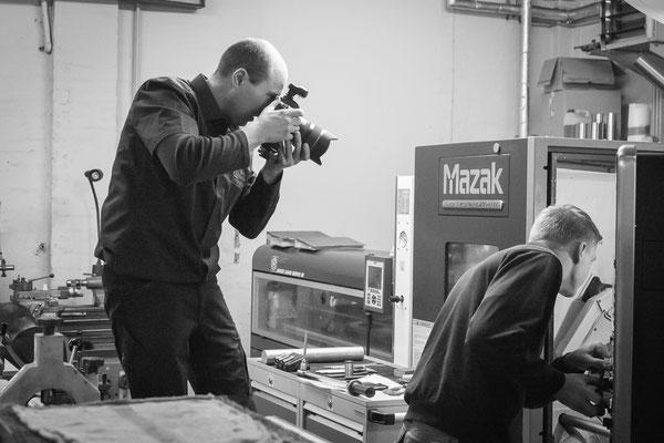 Industriefotograf bei der Arbeit im Werkzeugbau