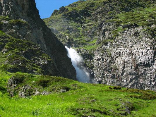 en montant au lac d 'Ilhéou ( cascade de Sahucs )