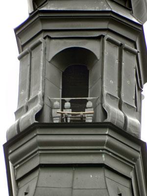 Nistkasten mit Anfluggitter im Turm der Himmelfahrtskirche (Foto: Keszeg)