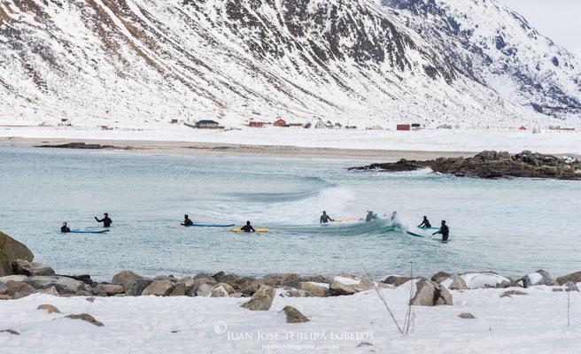 Valientes surfistas desafiando aguas a 2 grados.