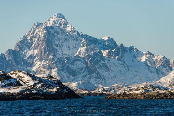 Impresionantes montañas hunden sus vertiginosas laderas en el mar.
