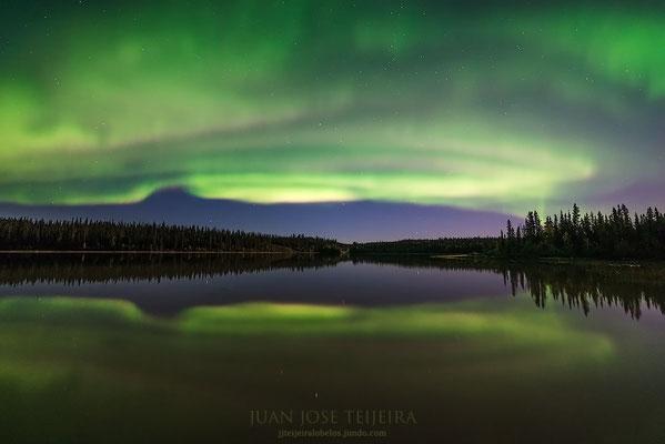 Aurora boreal en Prelude Lake, Yellowknife
