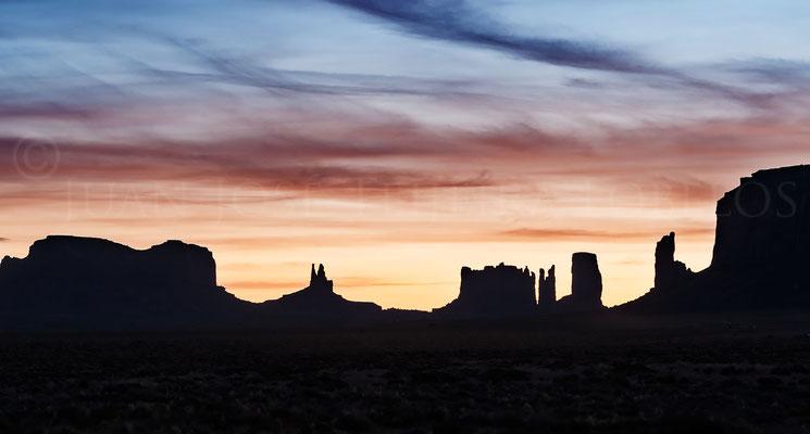 Primeras luces del día detrás del grupo de Brighams Tomb y Stagecoach.