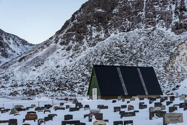 Cementerio bajo la nieve.