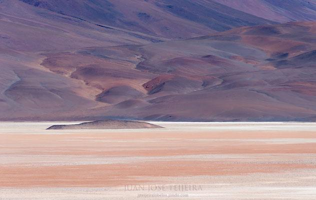 Salar de Arizaro. El mismo posee una superficie de 1600 km², y se encuentra a 3460 msnm.