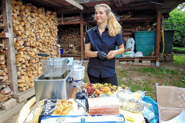 Cathleen bei den letzten Vorbereitungen bei einem Catering im Freien