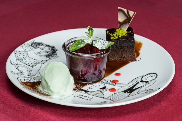 Schokokuchenwürfel mit Schokoladenhaube an marinierten Sauerkirschen und Limetteneis