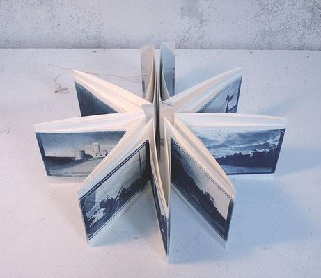 livre accordéon, couverture semi-rigide, livre d'artiste photos cyanotype
