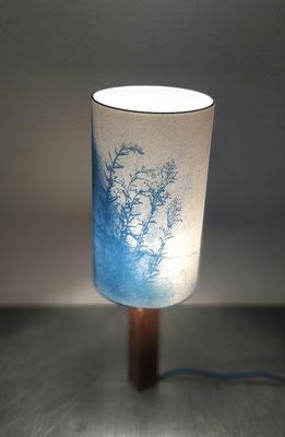 abat-jour cyanotype 20 x 36 cm, pied bois et laiton