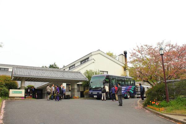 宿泊ホテル「ウェルネス桜井」を桜井市提供のバス2台で出発