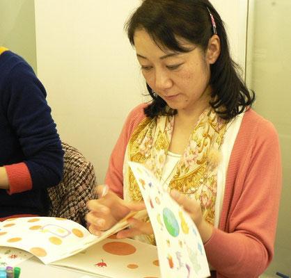 ビジュアルブックという本に、シールをペタペタ~楽しぃぃぃ!!! これなら絵を描くことがとても苦手なわたしでも大丈夫(笑)