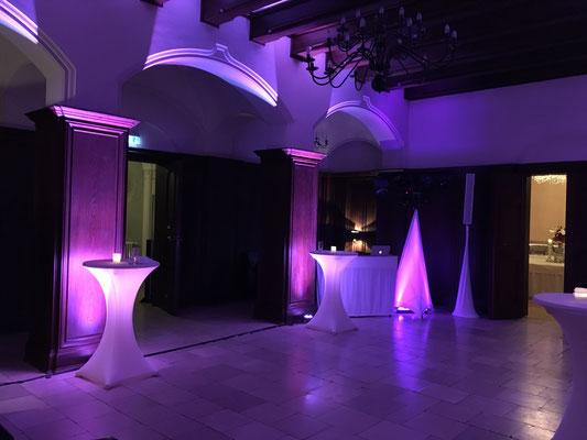 Hochzeit im Schloss Kartzow Potsdam: das Uplighting verändert die Wirkung des Raumes