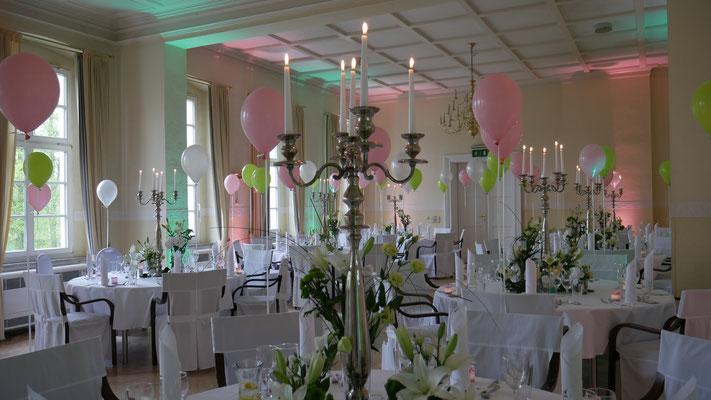 Hochzeit im Schloss Wulkow - das Uplighting nimmt die Hochzeitsfarben auf und wertet den Raum auf