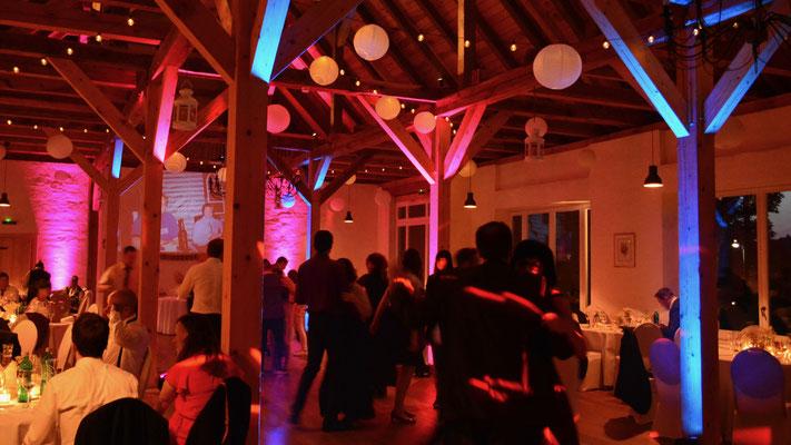 Auch zum Tanzen bietet sich die Festscheune bzw. die Empore des Schloss Ahlsdorf an