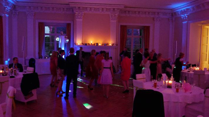 Schloss Boitzenburg Tanz bei einer Hochzeit im Rittersaal