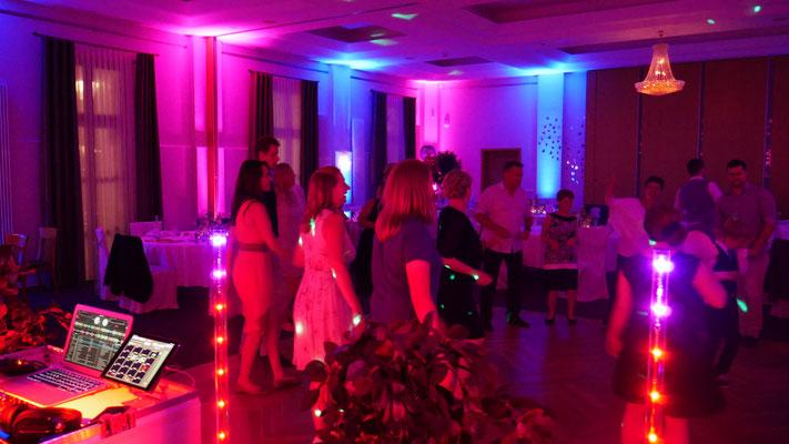Hochzeit im Saal Zeitlos im Landgasthof mit Einsatz der Wallwasher