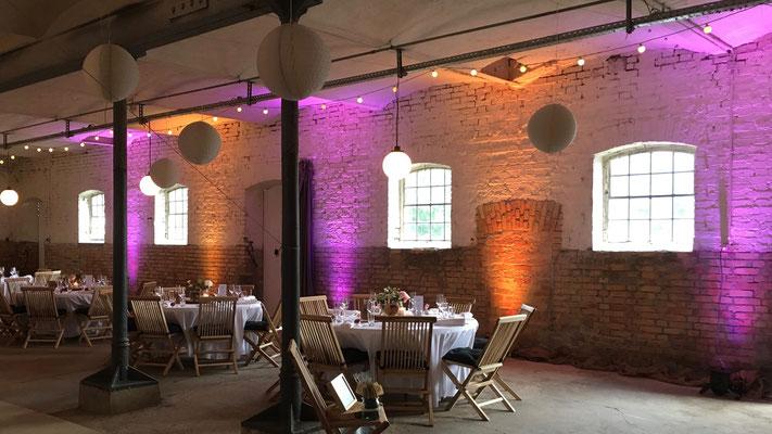 Individuelles Lichtdesign nach den Wünschen des Brautpaars Gut Boltenhof
