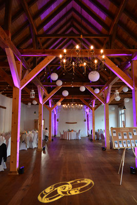 Hochzeit im Schloss Ahlsdorf mit Ring Gobo des Gala Pakets, mit Wallwashern werden die Balken illuminiert