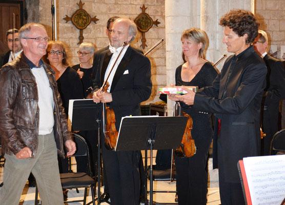Nicolas Krauze vient de recevoir la plaque de la ville de Picquigny.
