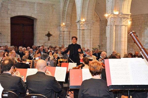 Nicolas Krauze entre orchestre et public.