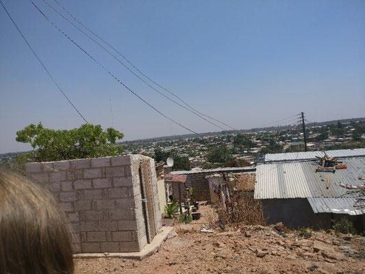 Ein Compound in Lusaka - Auf einer Fläche vergleichbar mit Stetten (Mühlheim) wohnen hier 30.000 Menschen. Etwa 75% sind Minderjährige.