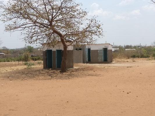 Die hinteren beiden Toiletten sind für die Schüler, die vorderen für die Lehrer