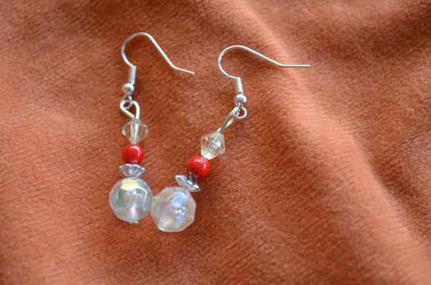Modeschmuck Ohrhänger, Unikat aus schillernden Kunststoff Perlen und roten Perlen. Handarbeit, Design by Zeitzeugen-Manufactur. Preis: 2,90 €