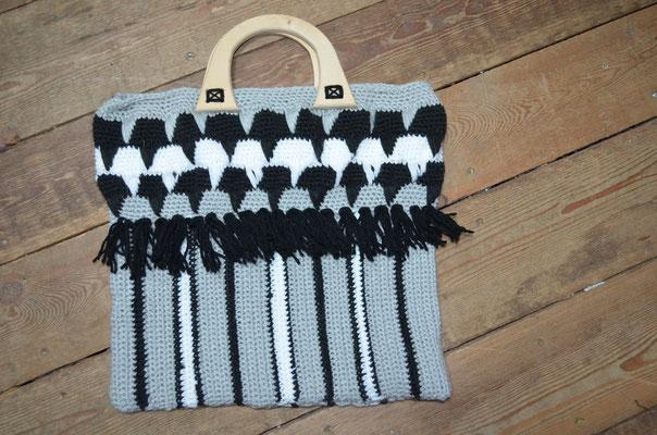 Handmade Tasche mit Holzgriffen. Design und Ausführung by Zeitzeugen-Manufactur. Preis: 25,00 €