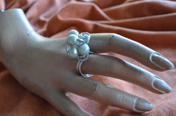 XXL Statement Ring, kunstvoll verdrahtete Kunststoff Perlen, Handarbeit, Design by Zeitzeugen-Manufactur. Preis: 5,00 €
