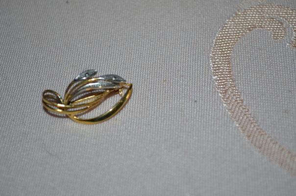 Brosche der Pforzheimer Firma ROWI (Rodi+Wienenberger, Pforzheim). Amerikanisch Gold Double (vergoldet). 1960er Jahre. Kann auch als Kettenanhänger getragen werden. Preis: 12,00 €