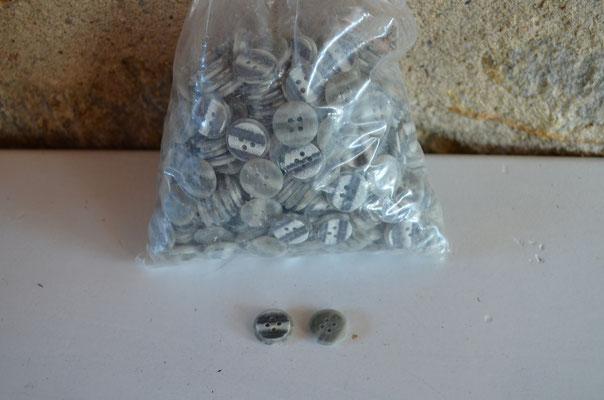 400 g Kunststoff Knöpfe aus deutscher Produktion in grau/weiß marmoriert. 18 cm Durchmesser. 4,00 € je Beutel (400g)