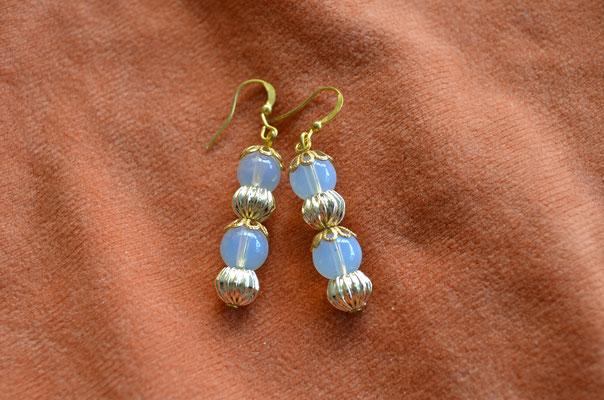 Modeschmuck Ohrhänger. Unikat mit Milchglas Perlen. Handarbeit und Design by Zeitzeugen-Manufactur. Preis: 3,00 €