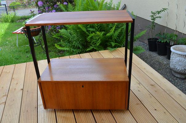 Regalschrank, frei im Zimmer aufstellbar, da keine Möbelrückwand angebracht ist, sondern auch Echtholzfurnier angebracht, wie am Rest des Regals. 78 cm h, 74 cm b, 40 cm t. Etwa 1960er Jahre. Preis: 120,00 €