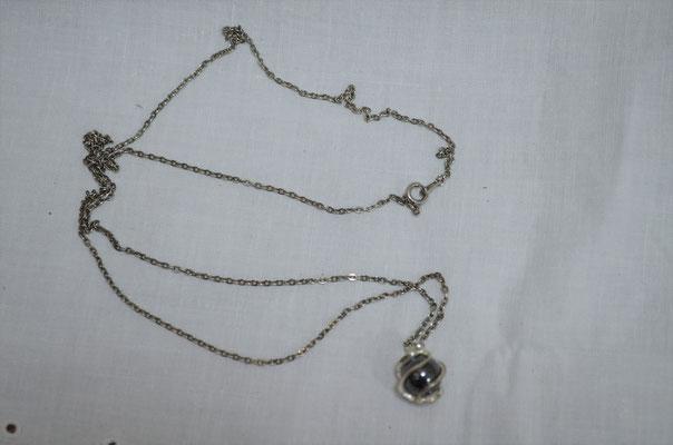 lange Modeschmuck Kette mit Hämatit Kugel. Etwa 1960er/1970er Jahre. Preis: 4,00 €