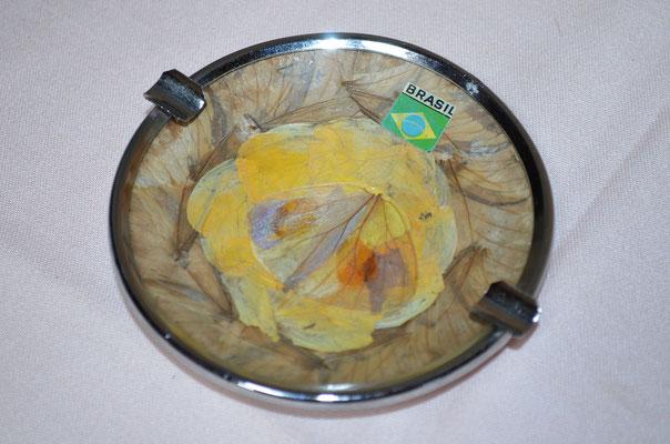 Aschenbecher für Zigaretten, etwa 1980er Jahre. Metallmontur und gepresste Blätter hinter Glas. Preis: 3,00 €