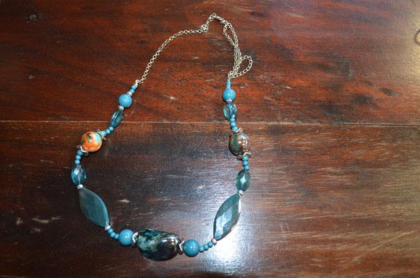 Modeschmuck Kette mit Kunststoff Perlen in Türkis. Preis: 4,50 €