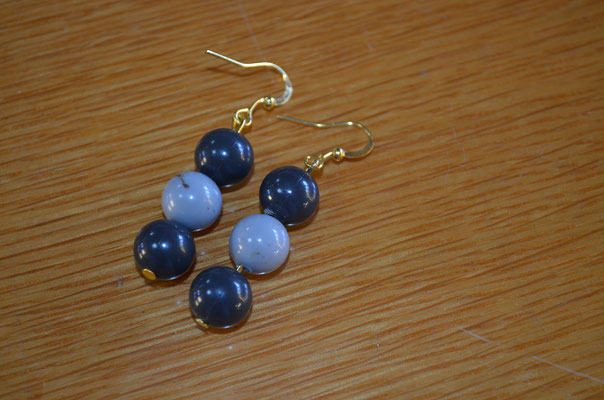 Modeschmuck Ohrringe aus Kunststoff Perlen und Metall. Design und Handarbeit by Zeitzeugen-Manufactur. Preis: 2,50 €