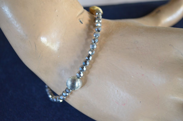 feines Stretch Armband mit schillernden, facettierten Glasperlen und größeren Metall Perlen. Top Zustand. Preis: 2,00 €