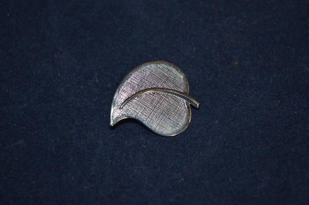 klassische Blattbrosche, ab 1950er Jahre. Preis: 1,80 €