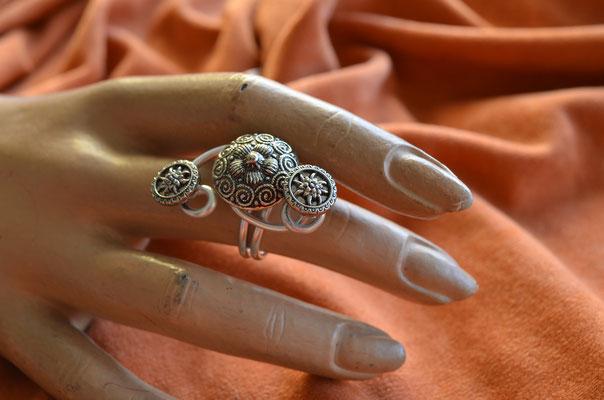 Modeschmuck Ring aus Metallknöpfen und Aludraht. Design by Zeitzeugen-Manufactur. Einzelstück. Preis: 4,90 €