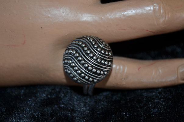 Statement Ring aus Aludraht und einem Musterknopf. Design by Zeitzeugen-Manufactur. Unikart, Handarbeit. 4,50 €