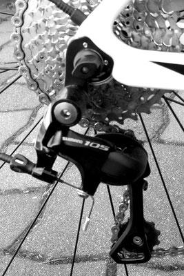 Das Rad wird mit einer Shimano 105 Schaltung geliefert mit der ich sehr zufrieden bin, diese ist vom Preis-Leistungsverhältnis her sehr zu empfehlen. Sie hat vorne 2 und hinten 11 Gänge, mehr braucht man beim Rennrad wirklich nicht.