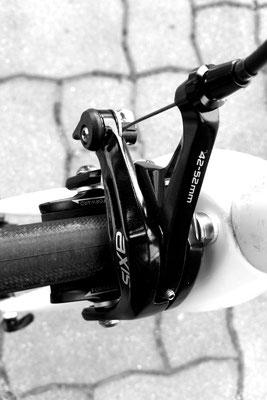 Die Bremsen sind ganz normale Felgenbremsen, Scheibenbremsen würden das Rad unnötig schwerer machen.