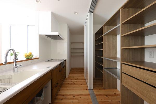充実の収納で使いやすいキッチンまわり