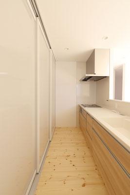 大容量でスタイリッシュな背面収納を備えたキッチン