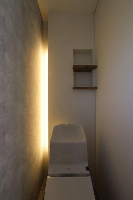 お施主様こだわりの間接照明を備えたトイレ