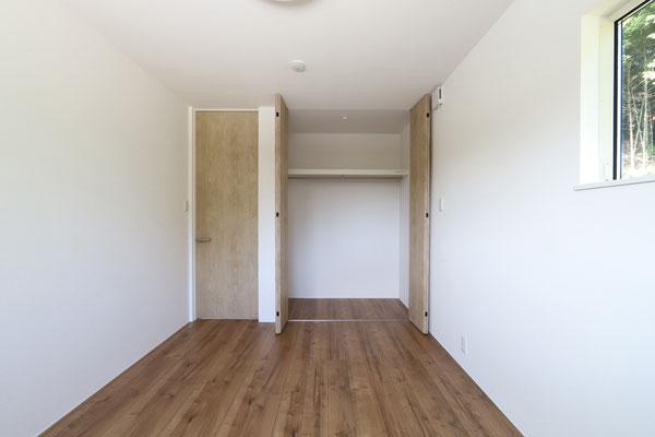 どんなインテリアでも合わせやすいシンプルな内装の子ども部屋